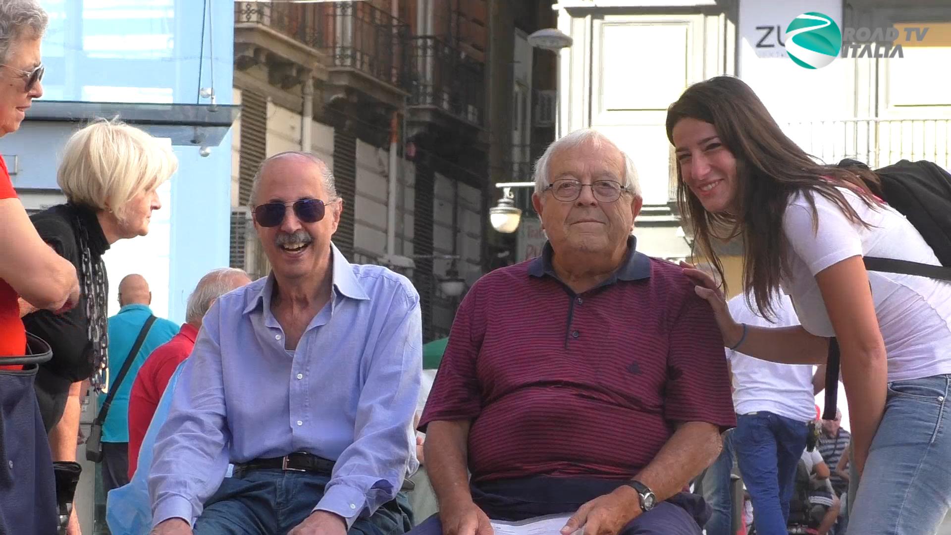 fingere di conoscere gli anziani per strada
