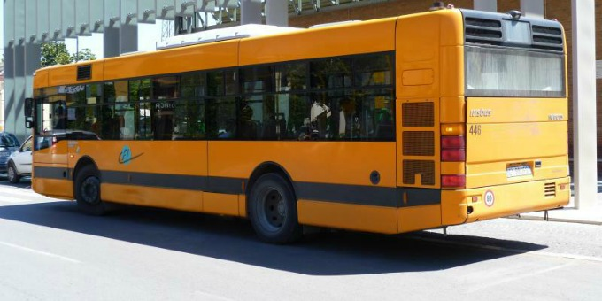 Anm: Un bus perde una ruota percorrendo una strada nel Napoletano