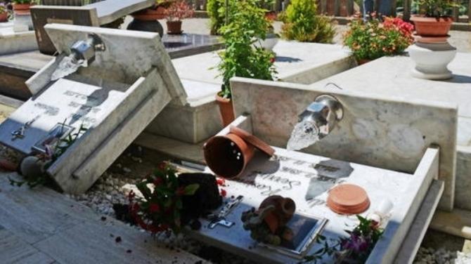 Furto al cimitero: loculi distrutti e ossa scoperte a Pomigliano d'Arco
