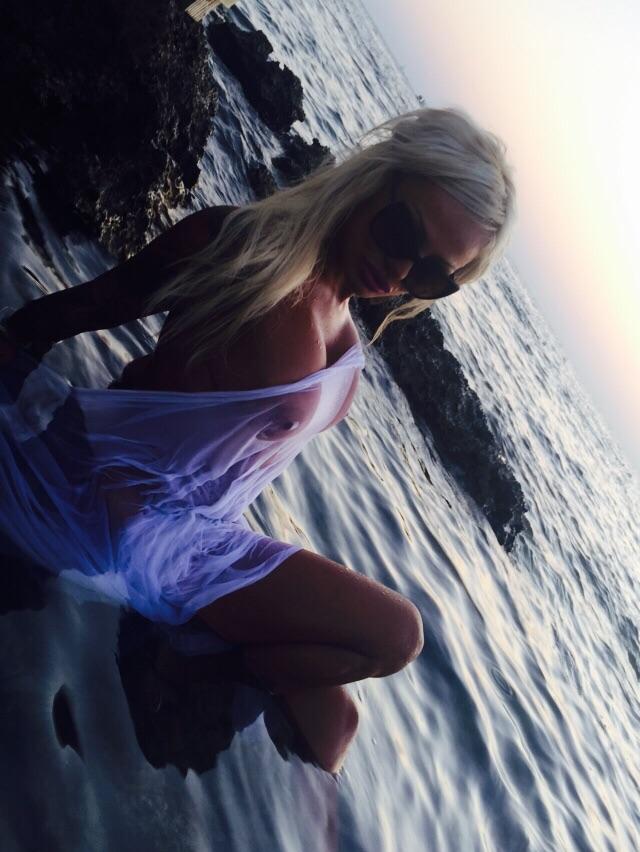 La sosia di Pamela Anderson e le sue foto esclusive