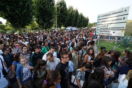 Test Medicina a Napoli: folla di giovani studenti all'entrata delle sedi