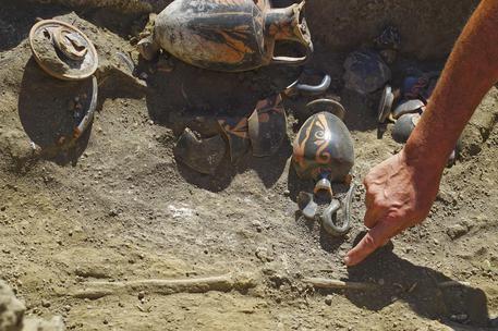 Tomba pre romana scoperta a Pompei: apparteneva a una donna di età tra i 35 e 40 anni