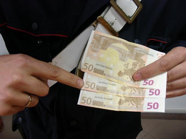 Trovati 75mila euro falsi ad Afragola: erano in un garage con 37 cartucce calibro 9