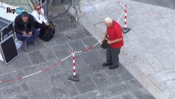 Anziano ballerino a Napoli