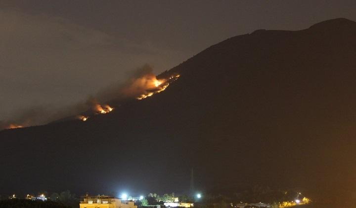 Incendio sul Vesuvio, visibile a chilometri di distanza (Video)