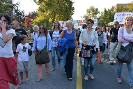 Marcia scalzi in sostegno ai migranti, in mille sono partiti da piazza Plebiscito