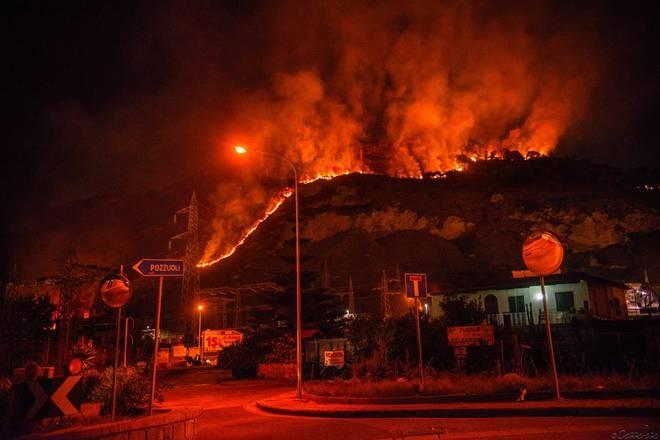 Incendi: brucia il monte Barbaro a Pozzuoli e fiamme anche in costiera amalfitana