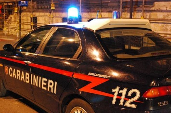 Ruba auto e poi inseguito dai carabinieri si schianta contro un palo della luce