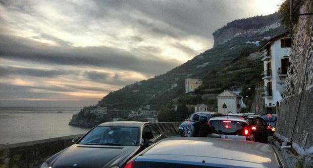 Tragedia nel weekend sulla statale Amalfitana, scontro tra auto e moto, un morto