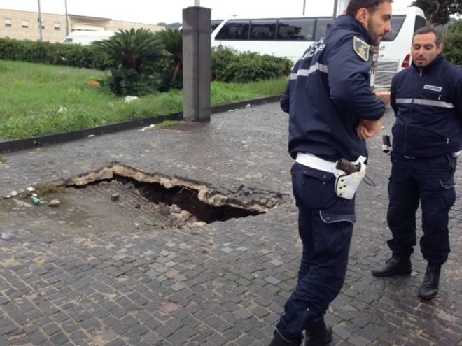 Crolla marciapiede a Fuorigrotta: nessun ferito