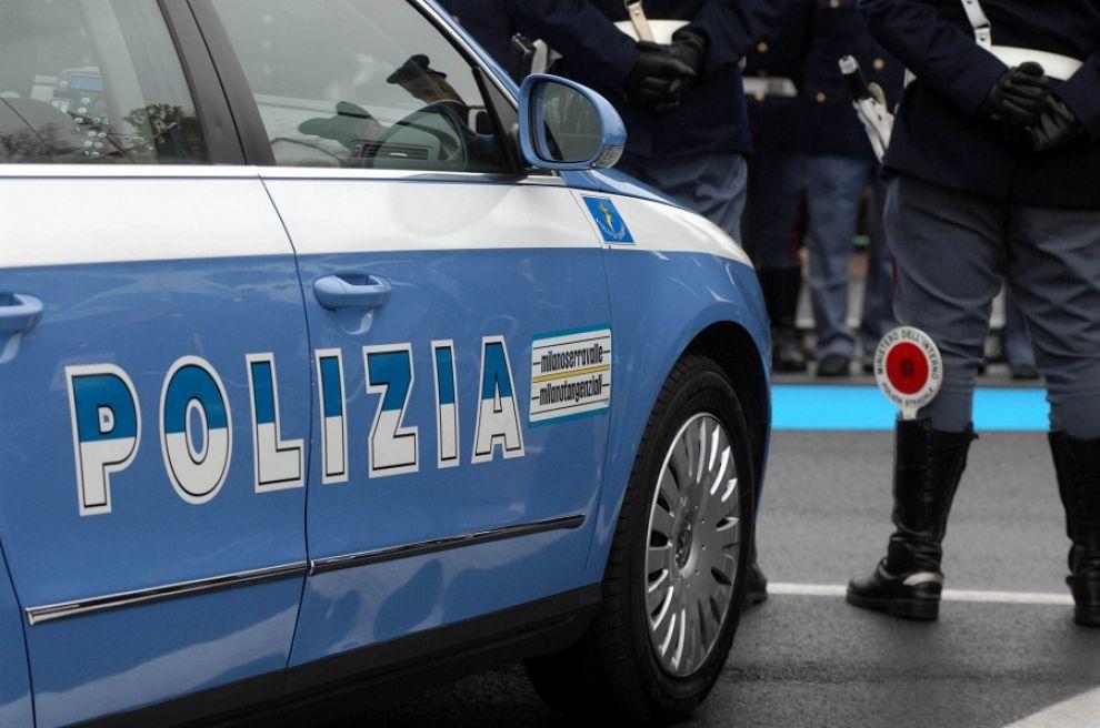 Auto con fori di proiettile e sangue: proseguono le indagini
