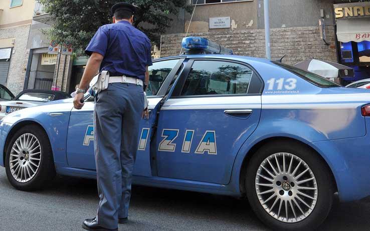 Cerca di strangolare la convivente: arrestato 57enne
