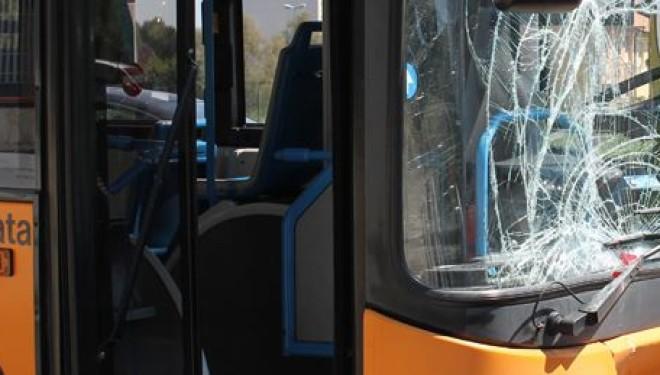 Sassi contro bus Anm a Napoli: vetri rotti