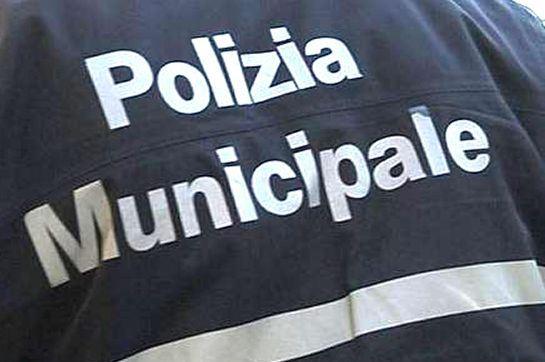 Calcinacci su auto a Napoli: nessun ferito