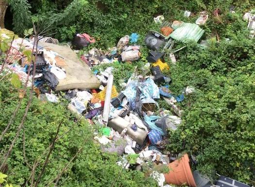 Sequestrati depositi di rifiuti speciali e una discarica abusiva nel Napoletano