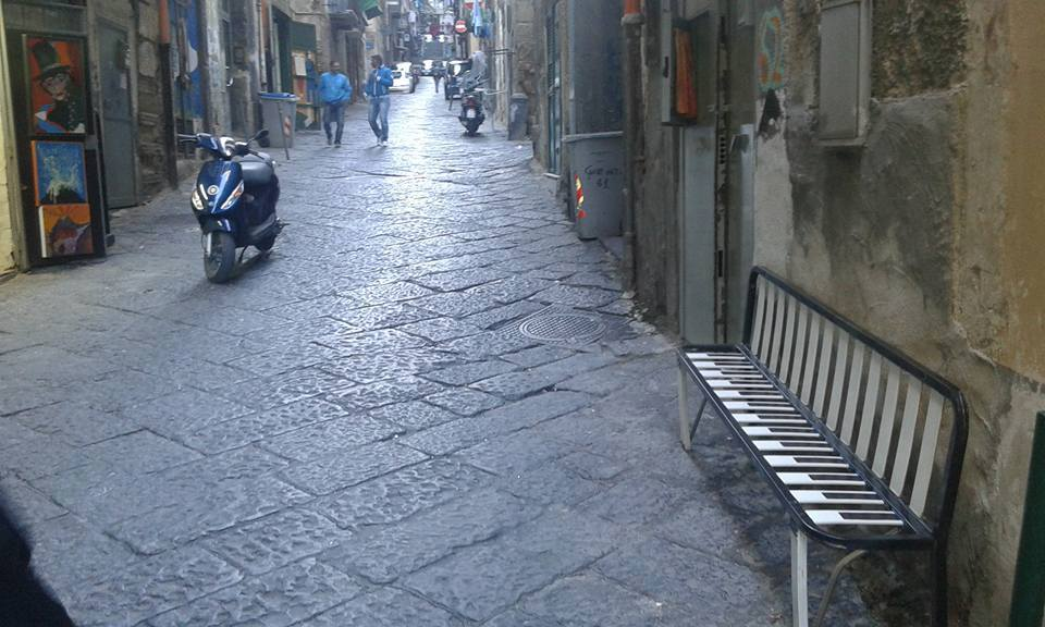 Panchine ai Quartieri Spagnoli dai letti abbandonati