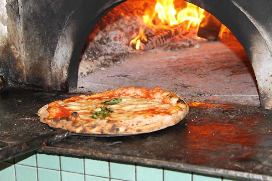 Arriva la pizza Genuina, opera del pizzaiolo Enrico Porzio