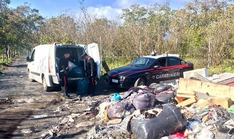 Scarico di resti tessili nel Napoletano: arrestati due cinesi titolari di opifici