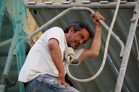 Arrampicato su impalcatura a Napoli: chiede di parlare con il sindaco de Magistris