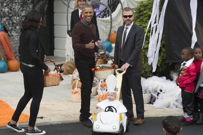 Vince un bambino vestito da Papa Francesco alla Casa bianca per Halloween. Sempre in Usa i proprietari di cani amano vestirli con i costumi più originali