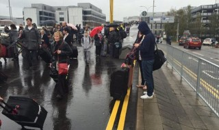 Bomba a Gatwick evacuato aereporto di londra