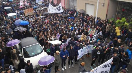 Corteo a Napoli anti Governo e Confindustria, esplosi petardi