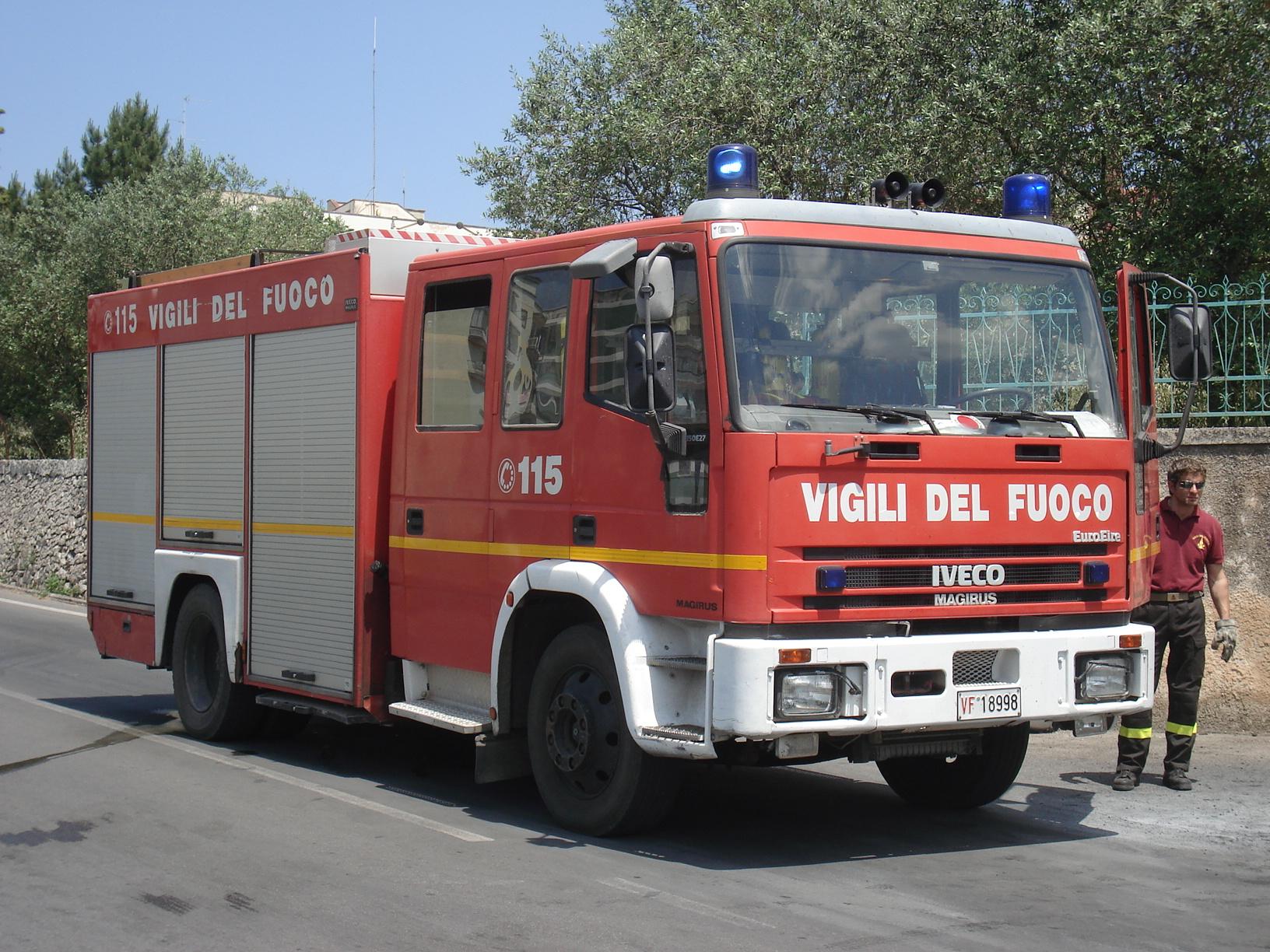 Incendio nel Napoletano: evacuate sei famiglie