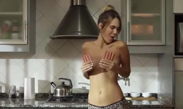 Jenn la sexy cuoca in topless che spopola su youtube. Il segreto è lei, la ragazza di 24 argentina, che ha fatto diventare A Fuego Maximo un fenomeno virale