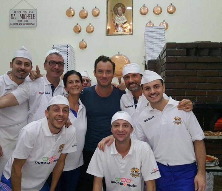Jude Law a Napoli: l'attore fa tappa Da Michele a Forcella
