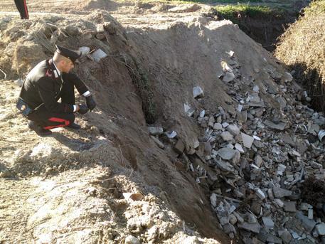 Operai sotterravano rifiuti nel Napoletano: Scoperti dai carabinieri, anche lastre di eternit