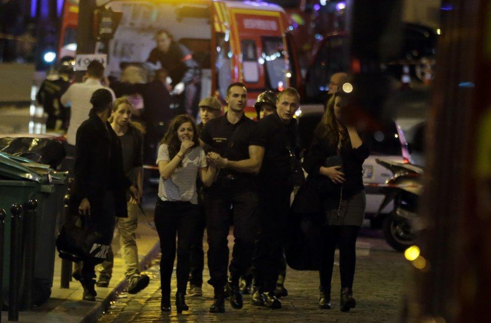 Parigi sotto attacco: 6 sparatorie e 3 esplosioni in contemporanea, 60 morti e 100 ostaggi. Stato di emergenza e frontiere chiuse, lo ha annunciato Hollande