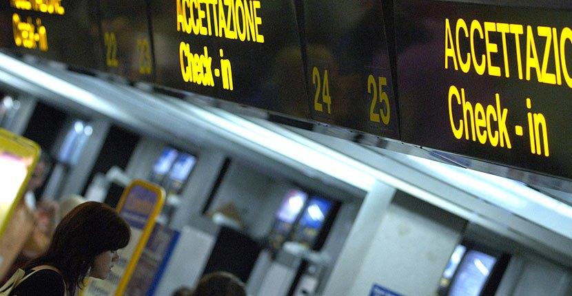 Acquisto di biglietti aerei illegale, tre uomini denunciati a Napoli