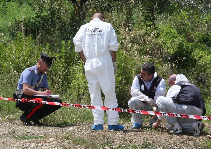 Cadavere tra i rifiuti nel Salernitano, l'uomo è stato strangolato