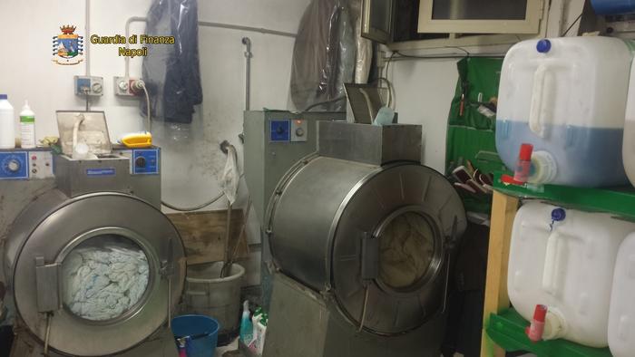 Lavanderia abusiva sversava liquidi lavorazione nelle fogne