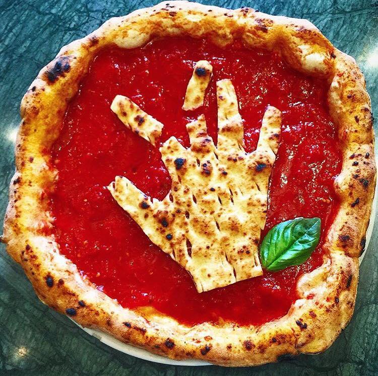 Da Gino Sorbillo la pizza contro i botti