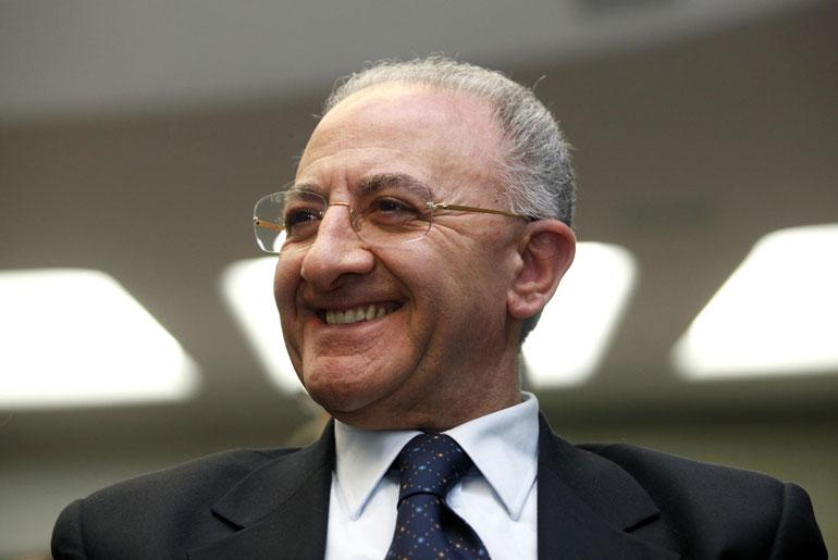 De Luca resta governatore della Campania, tribunale rinvia a Consulta