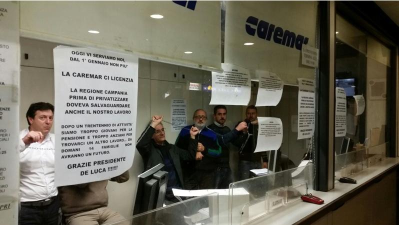 Caremar, 14 bigliettai licenziati si barricano negli uffici