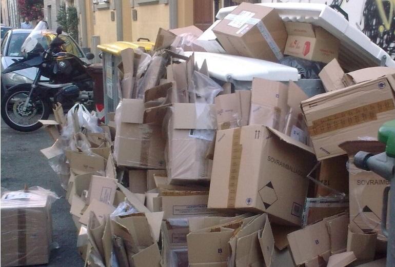 Scorretto conferimento dei rifiuti, sanzionati commercianti a Napoli