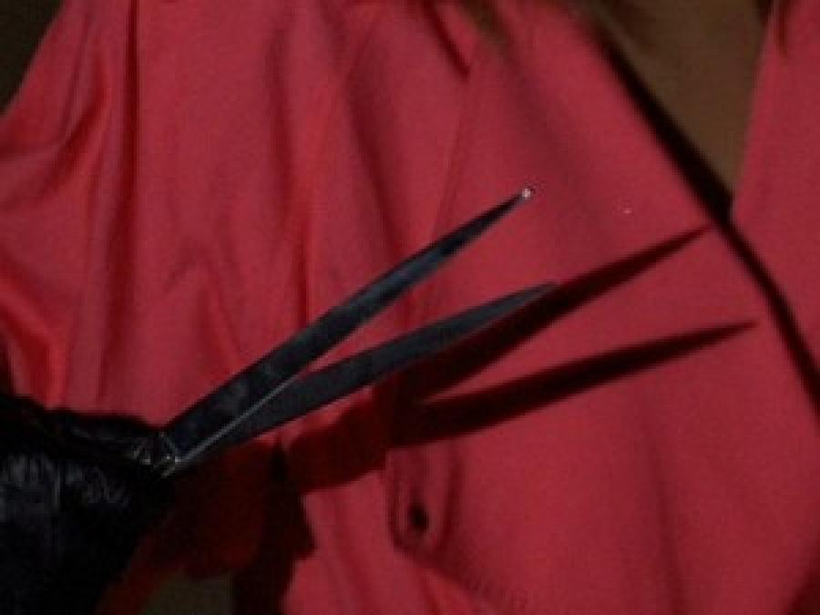 Taglia a zero capelli rivale in amore, 29enne arrestata insieme all'amica complice