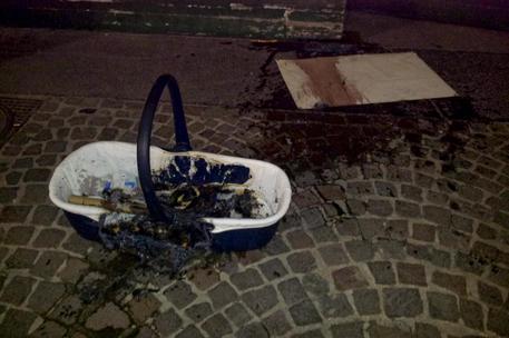 A fuoco porta enfant davanti Municipio con telone con scritta: