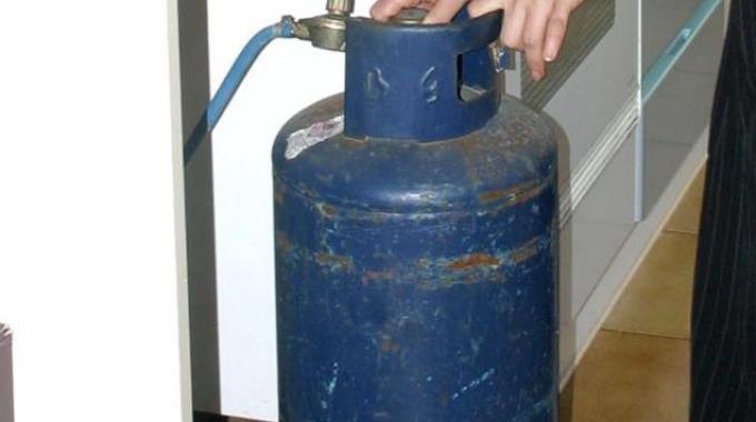 Apre gas e appicca fuoco in casa a Napoli