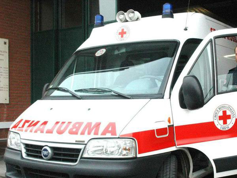 Cade mentre lava vetri di una scuola: muore 52enne