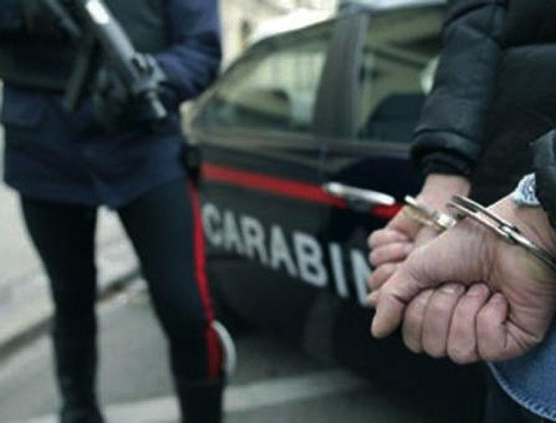 Ragazza rapinata nel Napoletano: malvivente bloccato da carabiniere