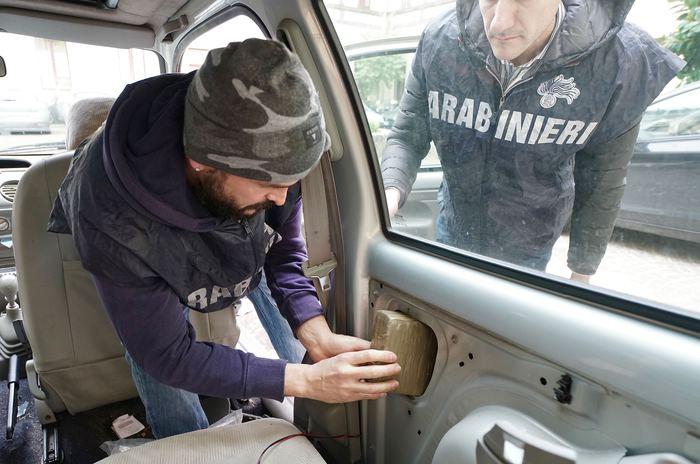 Droga nascosta negli airbag per un valore 500 mila euro, 3 arresti