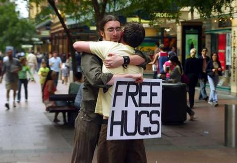 Abbracci gratis in Piazza Plebiscito