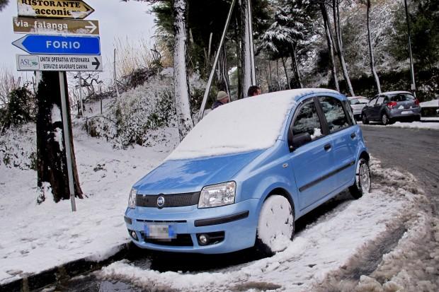 Maltempo, neve su Ischia e Capri