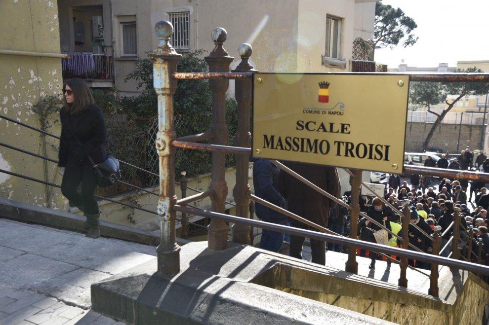 A Napoli intitolate a Massimo Troisi le scale di
