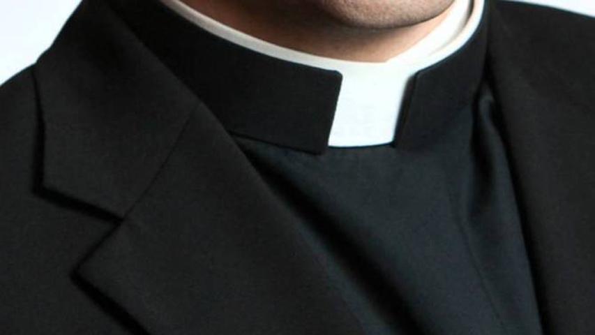 Avances a uomini sposati che frequentavano la parrocchia: rimosso sacerdote