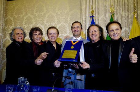 Luigi de Magistris consegna un riconoscimento ai Pooh per il 50 anni di carriera