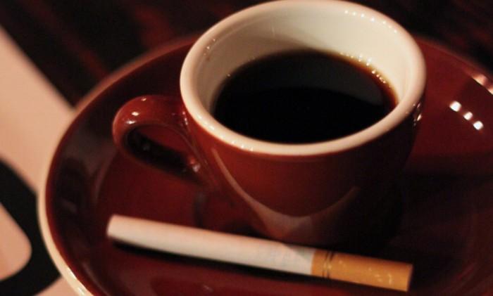 Caffè gratis a chi non getta il mozzicone di sigaretta per strada a Napoli